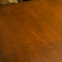 Γρατζουνιές σε ξύλινα έπιπλα